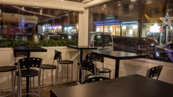 Struttura esterna con sedute e tavolini alti.  - Hamburgheria Nappo, Napoli