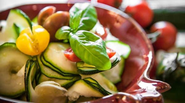 Spirali di zucchine con datterini gialli e basilico dell'orto - Festina Lente, Seregno