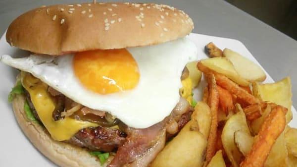 Hamburger 250gr con contorno incluso - O' Connors Pub Quaregna, Quaregna