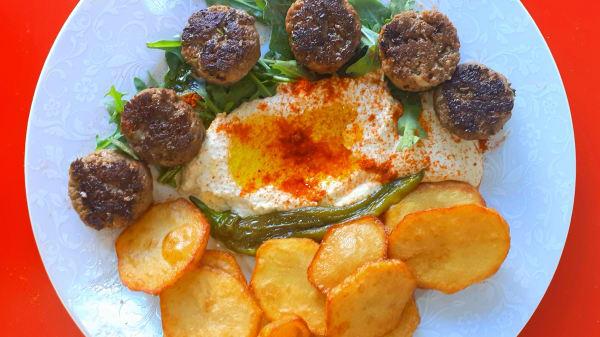 Assiette Kefta , houmous et thina maison, frites maison - Le Falafel du 12, Paris