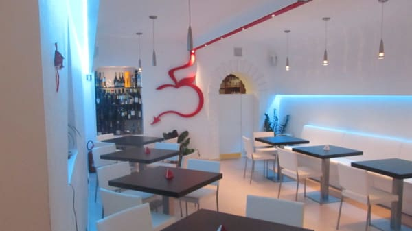 sala moderna con luci soffuse - The Sins, Salerno