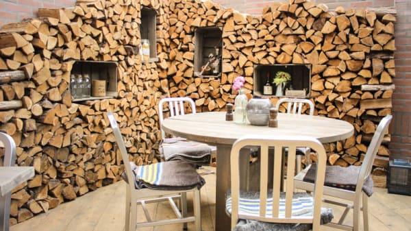 Onze gezellige houtstapel in de binnentuin - Eetkafe, Rijnsburg