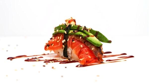 Nigiri med ål, lax och avokado - Saya Sushi - Hötorget, Stockholm
