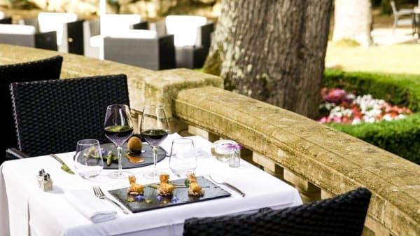 Détail table terrasse - Restaurant du Château de la Tour, Béguey