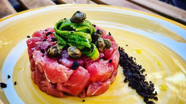 Tartare tonno rosso su letto di terra di olive nere - The Jungle Roma, Roma