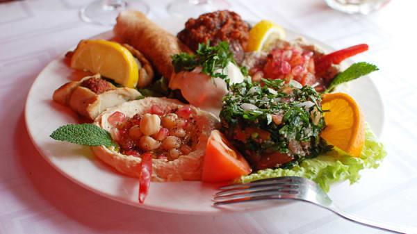 Assiette Libanaise ( taboulet, homos, aubergines en purée, kaffta en boulettes,...) - Roger de Beyrouth, Paris