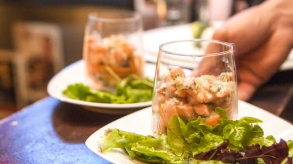 Tartare de saumon frais au couteau - Chez les Artistes, Paris