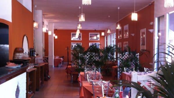 sala rossa e bianca con belle piante - Borgo di Mare, San Donato Milanese