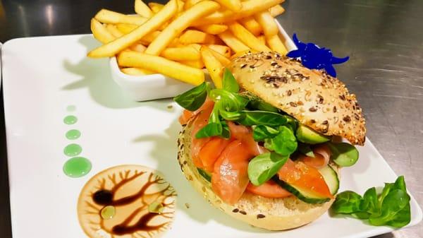 Burger Saumon Tendance : crème ciboulette, avocat, saumon fumé, concombre, tomate, roquette et citron - La Bonne Nouvelle, Rennes