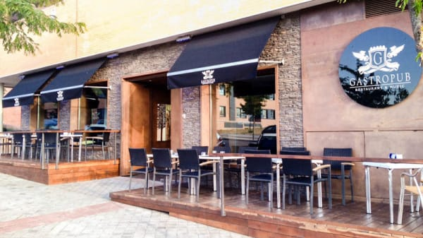 Entrada y terraza - Gastropub, Madrid