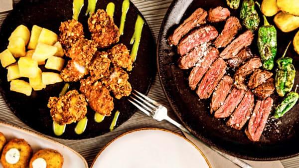 Pollo de corral, carne a la brasa y croquetas melosas. - Gloria Bendita, Madrid