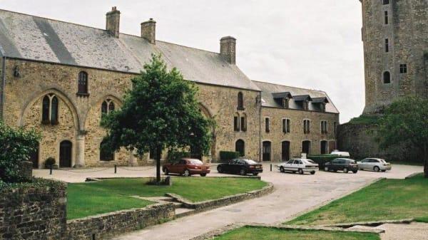 Vue extérieure de l'Hostellerie du Château - Château de Bricquebec, Bricquebec