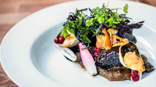 Braiserede svinekæber med ristede jordskokker, løg i variation & sennepssauce - Restaurant Ombord, Aarhus