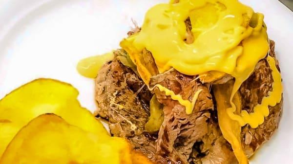 Millefoglie di Filetto con carciofo croccante e patata chips sotto una colata di cheddar caldo - Rumors Hangout, Lido di Ostia