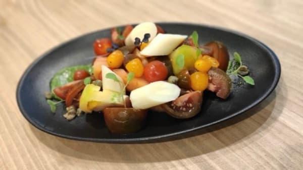 esnsalada de tomates variados e palmito con pesto - Tapas Paraty, Valencia