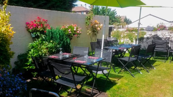 La terrasse dans le jardin, à l'arrière - Brasserie le Village, Roissy-en-France