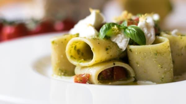 Mezzi paccheri al pesto, pomodoro fresco, bufala di Battipaglia e limone - Ai Mascheroni, Verona