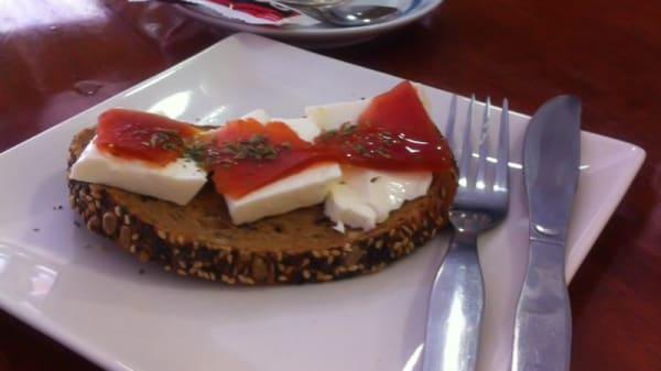 Desayuno con tostada integral con semillas, queso fresco y membrillo - Caliche Tapas, Madrid