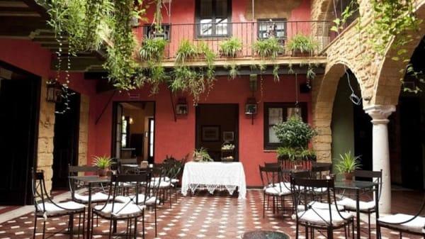 Vista mesas patio - La Casona de Calderón, Osuna