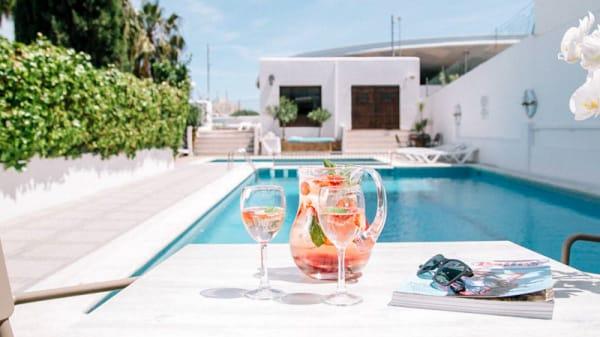 Terraza con piscina. - Bloom Restaurante, Sant Antoni De Portmany