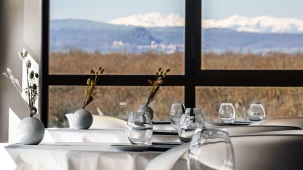 La salle de restaurant et sa vue sur le Sancy - Origines par Adrien Descouls, Le Broc