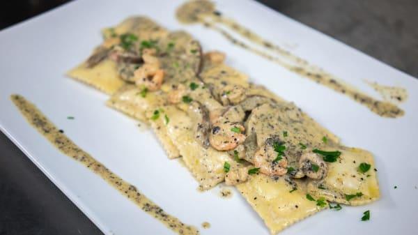 Raviolo farcito carciofi e robiola con gamberi e salsa al tartufo - Scialài Trattoria, Alezio