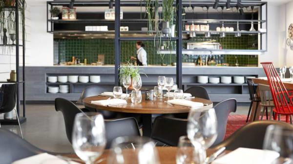 Interieur restaurant met open keuken - Restaurant Aan de Oever bij Mooirivier, Dalfsen