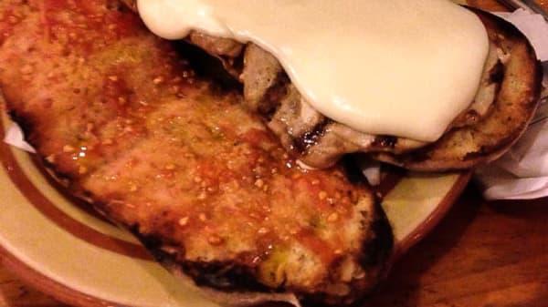 coca amb llom i formatge fos, tot fet a la brasa amb carbó d'alsina - Cal Xampanyet BBQ, Sant Cugat del Vallés