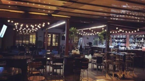 Nuestra terraza iluminada por la noche, un cenador lleno de rincones íntimos - El Patio de mi Casa, Alcalá de Henares