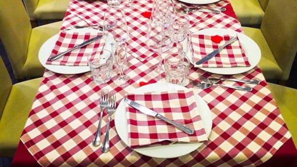 particolare tavolo apparecchiato - Mammina, Naples