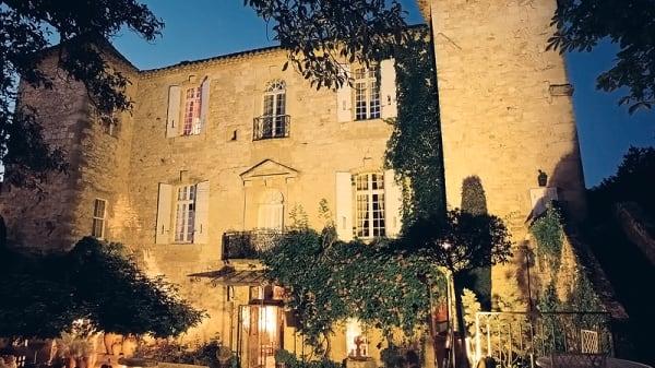 Cour d'honneur soir d'été - Château d'Arpaillargues - Le Marie d'Agoult, Arpaillargues-et-Aureillac
