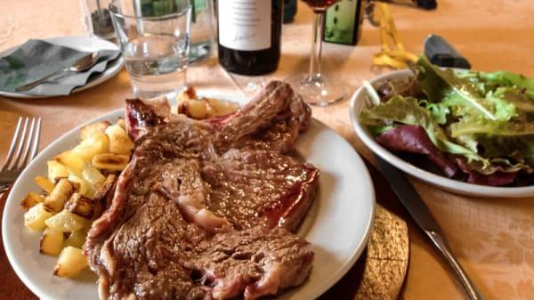 Carne con patate e insalata - Azienda Agricola La Roggia di Ossola Cornelio, Veleso