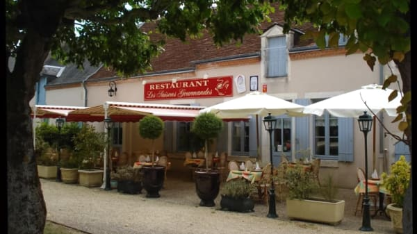 Notre terrasse aux beaux jours - Les Saisons Gourmandes, Saint-Pierre-de-Jards