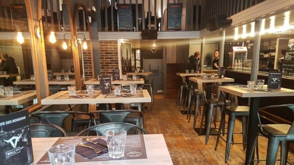 Intérieur, tables hautes - Wallstr'Eat, Grenoble