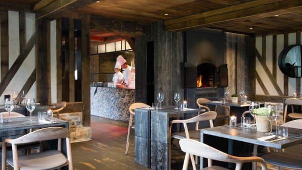 Salle restaurant avec cheminée et cuisine ouverte - La Boucane, Honfleur