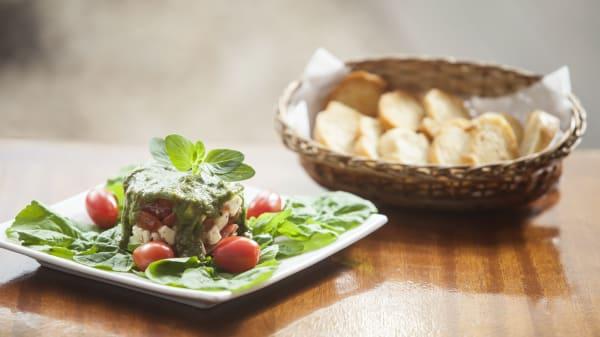 rw Tartare de tomate italiano , mussarela de búfala , sobre bouquet de rúcula e molho pesto com torradas - Vitelo's, Belo Horizonte