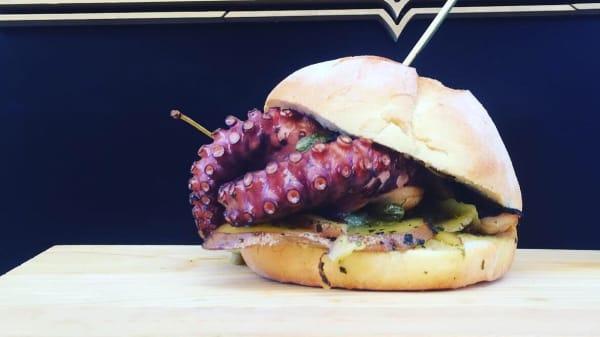 Il nostro polpo e patate burger in pane casareccio - Speakeasy Culture beer and food, Noto