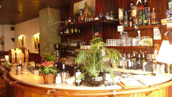 Zoom sur le bar - Le Petit Tonneau, Issy-les-Moulineaux