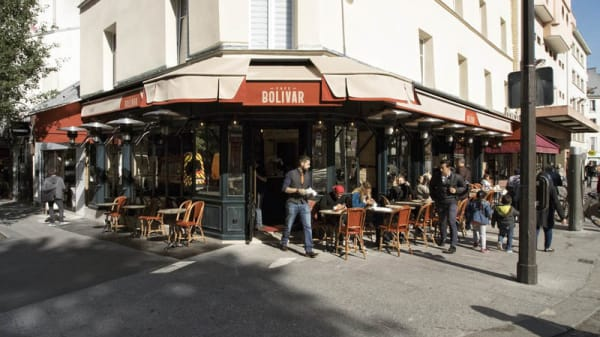 La terrasse extérieur couverte , chauffée . - Café Bolivar, Paris