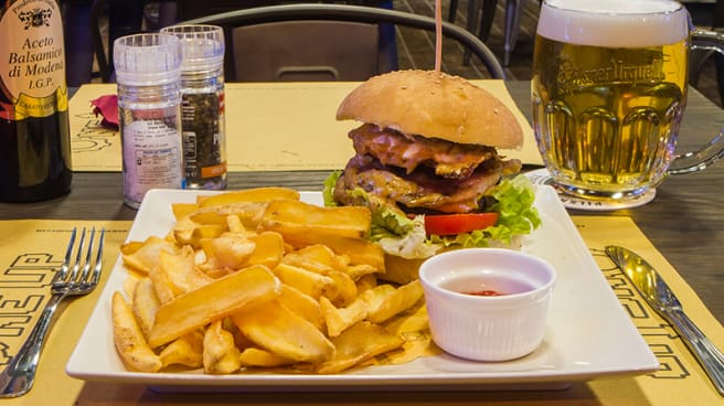 Il burger con patatine - One Up, Firenze