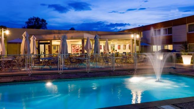 Terrasse et piscine - La Maison Brasserie Maison, Saint-Avold