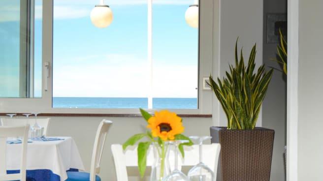 Dalle nostre finestre, praticamente sul mare - Taverna del Marinaio