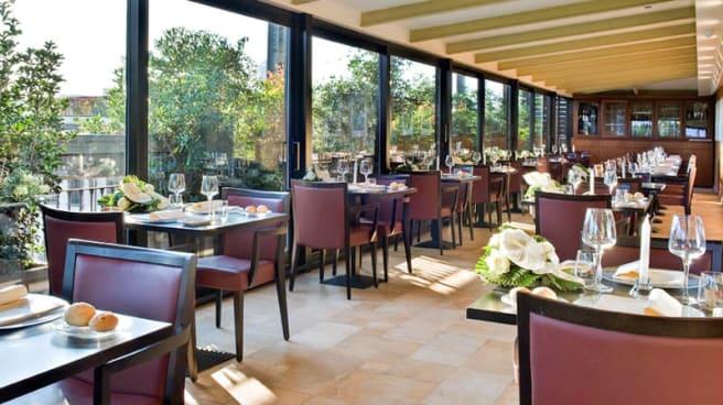 Sala ristorante con vista su corso Buenos Aires - La Terrazza - hotel Galles, Milano