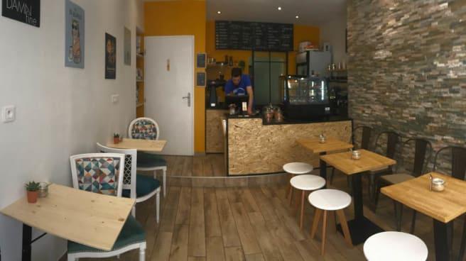 Salle - Kat's Coffee, Tours