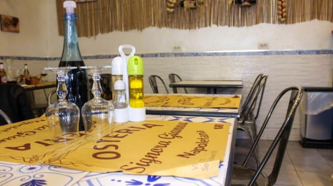 Particolare tavolo - Signora Gianna, Napoli
