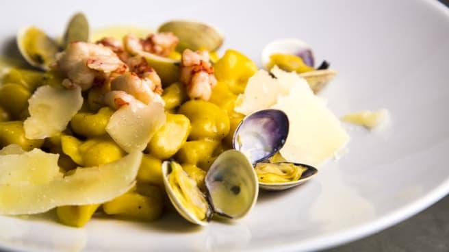 Gnocchetti con pasta di zucca e patate, vongole e gamberi rossi - Rosolino Ristorante, Napoli