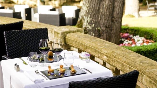 Détail table terrasse - Restaurant du Château de la Tour