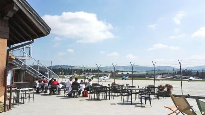 Ampia terrazza esterna, vista Aeroporto - Ristorante Aeroporto di Asiago 3409ft, Asiago