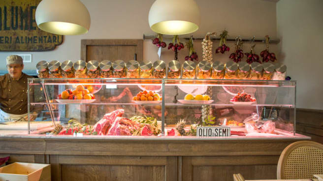 Il bancone con le carni - Osteria del Sass' Milano, Milan