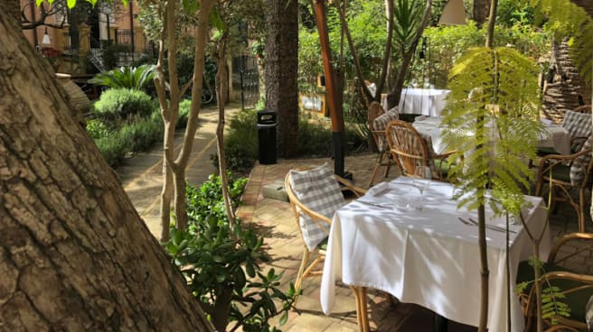 Tavoli in giardino - Agugliapersa, Agrigento